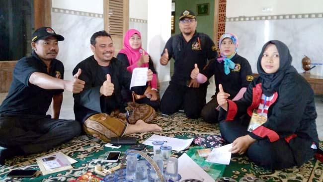 Tarik Minat Warga, Petugas PPDP Ujung Pangkah Coklit Gunakan Kostum Jawa