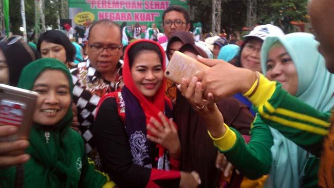 Sambut Hari Kartini, Puti Senam Bersama Ribuan Warga Banyuwangi