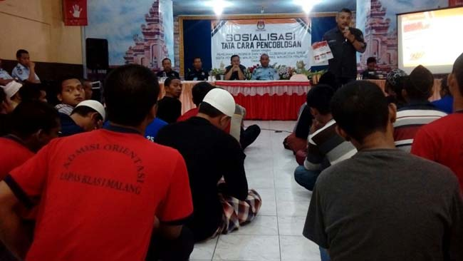 Komisioner KPU Ashari Husen melakuka sosialisasi tahapan Pilgub Jatim dan Pilwali Kota Malang di aula Lapas Lowowaru, Kota Malang (man)
