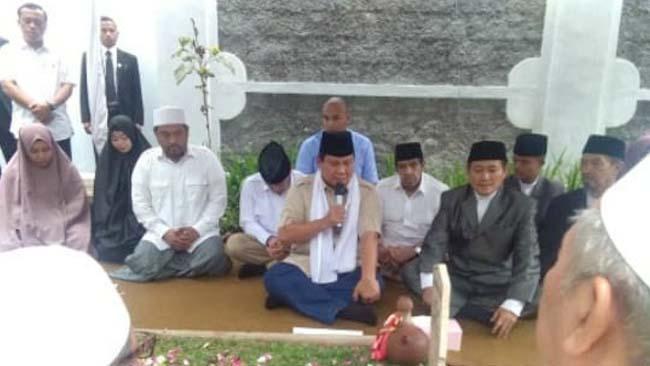 Prabowo Nyekar ke Makam Pengasuh Ponpes Al-Islah Bondowoso