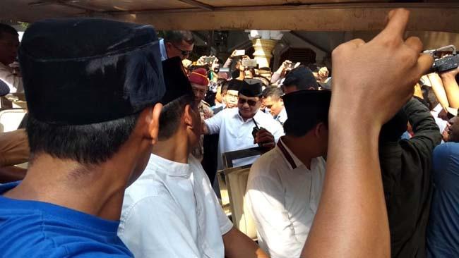Safari Politik ke Pondok Sunan Drajat, Prabowo Terharu Dikerumuni Ribuan Santri