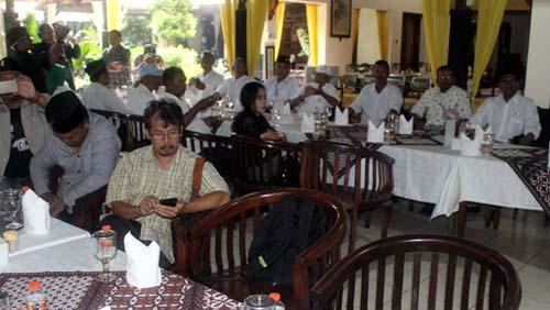 Kader Garda Pancasila bersama awak media, menyimak pemaparan Peni Suparto. (rhd)