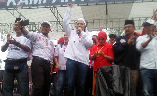 Diguyur Hujan Deras, Tak Surutkan Semangat Pendukung Jokowi Ma'ruf