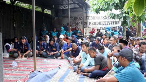 Bersama Masyarakat Dalam Acara Sosialisasi. (H Mansyur Usman/Memontum.Com)