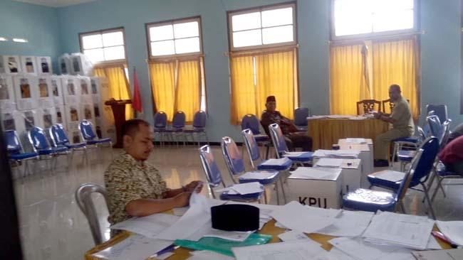 Pemenuhan Salinan Saksi di PPK Pagak. (H Mansyur Usman/Memontum.Com)