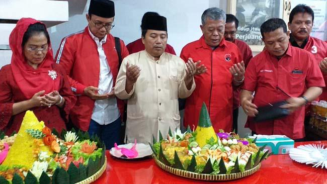 Ketua DPD PDI Perjuangan Jatim Kusnadi dan pengurus dalam acara tasyakuran, Minggu (12/5) malam