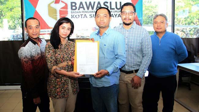 MELAPORKAN : Doni Istyanto Hari (1 dari kanan) sebagai perwakilan dari masyarakat Melaporkan Pelanggaran Lembaga Survei Hasil Pemilu yang dilakukan oleh lembaga survei SCG Research and Consulting kini telah ditindaklanjuti oleh Badan Pengawas dan Pemilihan Umum (Bawaslu) Kota Surabaya, Selasa (7/5)