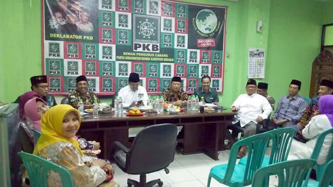 RAPAT - Ketua DPC PKB Sidoarjo, Saiful Ilah memimpin rapat pleno calon Ketua DPRD Sidoarjo dan calon Ketua Fraksi yang dikirim ke DPP dan DPW PKB Jatim, Sabtu (06/07/2019) petang