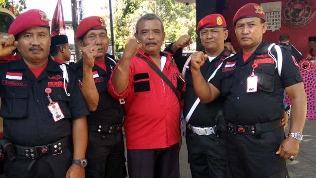 DUKUNG : Koordinator Promeg 96 bersama Satgas di acara Konfercab PDI Perjuangan di kantor DPD PDI Perjuangan Jawa Timur, Kamis (18/7/2019) siang. (tut)