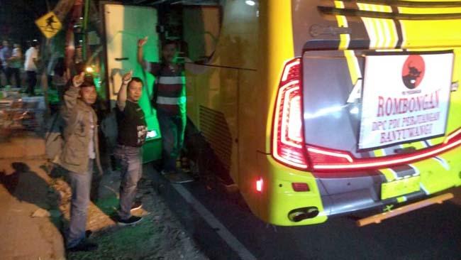 BERANGKAT : Rombongan pengurus PAC dan Pengurus DPC PDIP Banyuwangi saat akan berangkat menuju kantor DPD PDIP Jawa Timur, Rabu (17/7/2019) malam