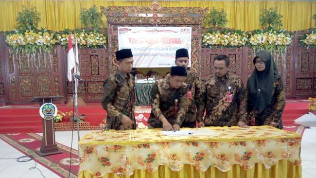 Lima Komisioner KPU saat menandatangani berkas penetapan caleg terpilih DPRD Kabupaten Bangkalan, (12/8/2019)