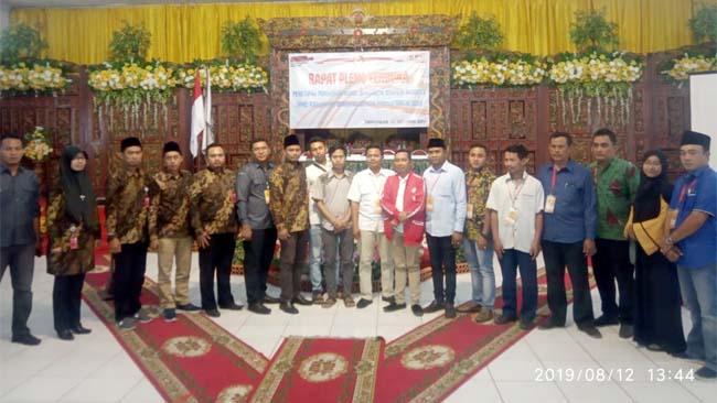 Ketua KPU Bangkalan, Zainal Arifin bersama para saksi parpol usai membacakan penetapan caleg terpilih, (12/8/2019)