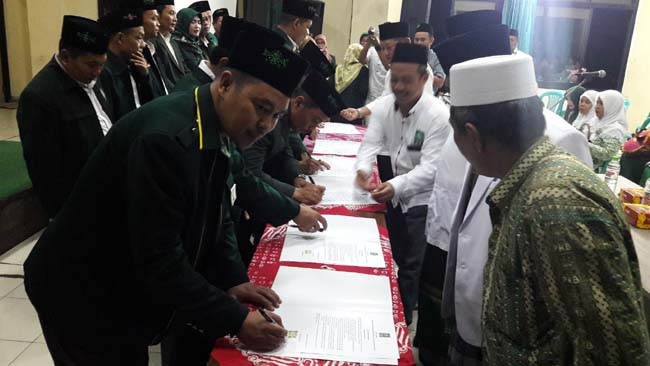 KOMITMEN - Sebanyak 16 anggota Fraksi PKB Sidoarjo menandatangani komitmen bersama agar tidak mbalelo usai dibaiat para kiai PCNU Sidoarjo di kantor DPC PKB Sidoarjo, Jumat (20/08/2019) malam