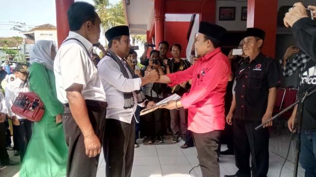 Puryono serahkan berkas pendaftaran bakal calon Bupati atau Wakil Bupati Trenggalek kepada Sekretaris DPC PDI Perjuangan Doding Rahmadi