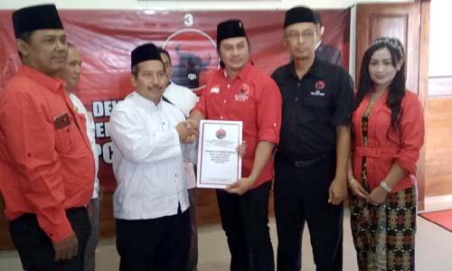 Bersama jajaran panitia pendaftaran DPC PDI Perjuangan Kabupaten Malang seusai ambil formulir. (Sur)