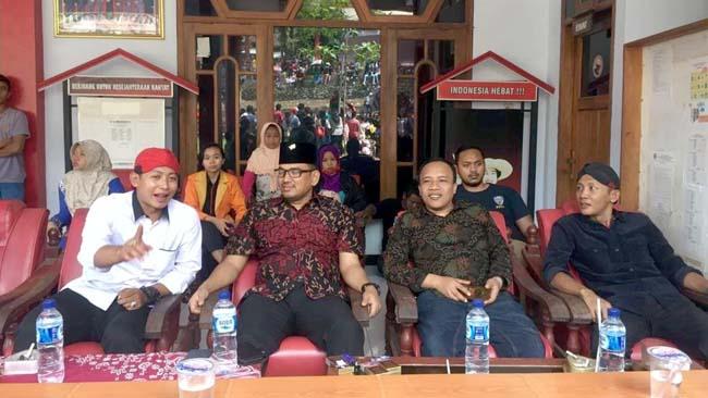 dua dari kanan, Sekretaris DPC PDI Perjuangan Kabupaten Trenggalek, Doding Rahmadi