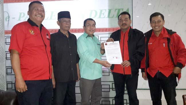 PENYERAHAN - Ketua DPC PDIP Sidoarjo, Sumi Harsono didampingi pengurus lainnya menyerahkan Surat Penetapan Bambang Riyoko sebagai Wakil Ketua DPRD Sidoarjo kepada Ketua DPRD Sidoarjo Sementara, Usman, Sabtu (7/9/2019)
