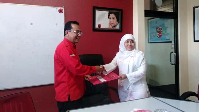 Pengurus Muslimat NU Jatim Dwi Astuti Daftar Bacawawali Surabaya Lewat PDI Perjuangan