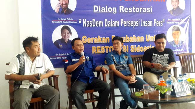 DIALOG - Ketua DPD Partai Nasdem, Ainul Yakin mengajak dialog sejumlah wartawan di kantornya JL Raya Sarirogo, Sidoarjo soal masa depan dan gerakan politik Partai Nasdem Sidoarjo, Senin (9/9/2019)